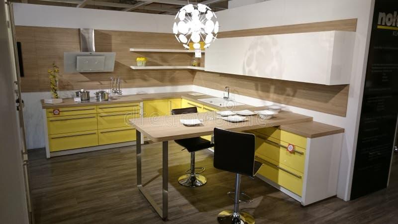 Huis binnenlands ontwerp: modern keukenmeubilair stock afbeeldingen