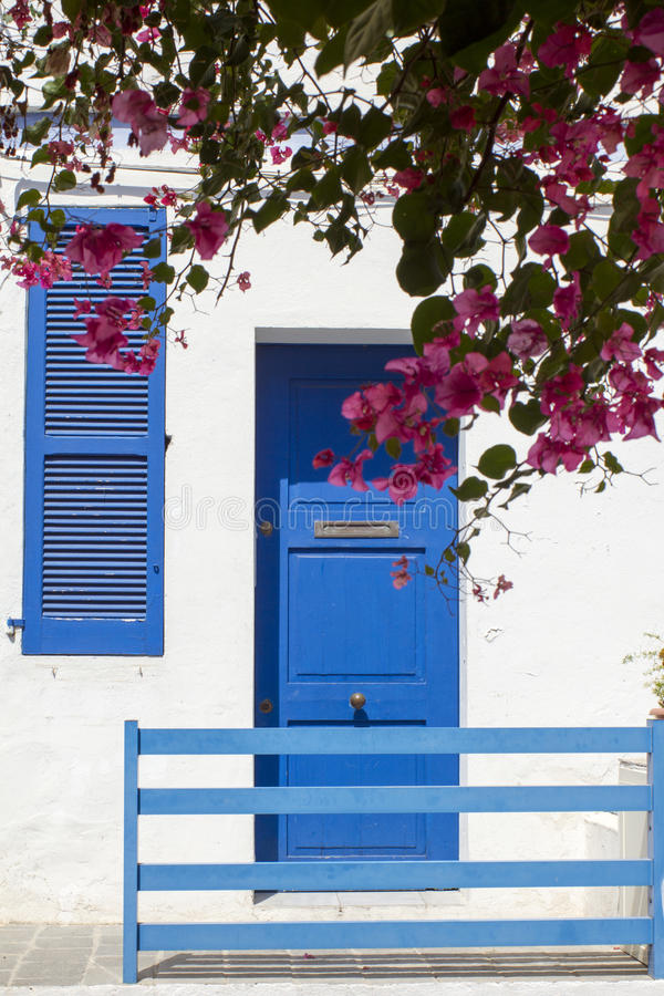 Huis blauw & wit met bougainvillea royalty-vrije stock afbeeldingen