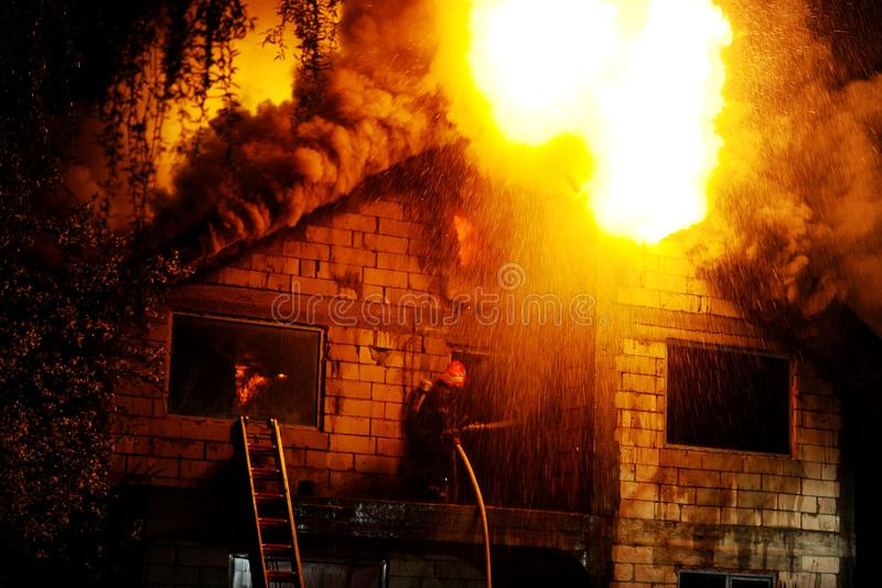 Huis in brand stock foto's
