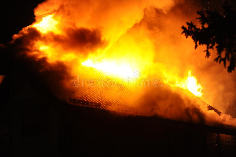 Huis in brand stock fotografie