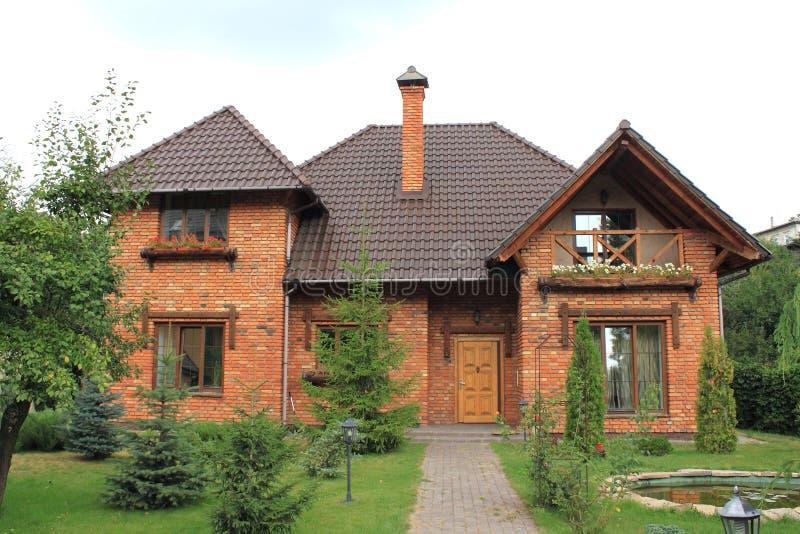 Huis buiten van onlangs voltooid groot huis in de voorsteden stock afbeelding
