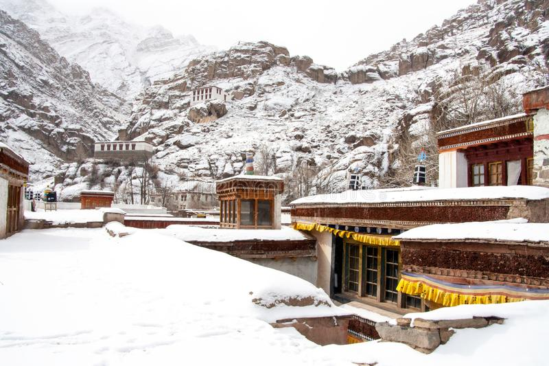 Huis dat met sneeuw wordt behandeld ladakh India stock foto's