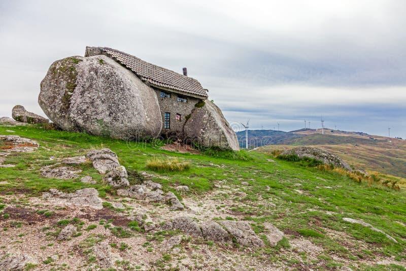 Huis dat tussen reusachtige rotsen wordt gebouwd stock foto afbeelding 46645350 - Tussen huis ...