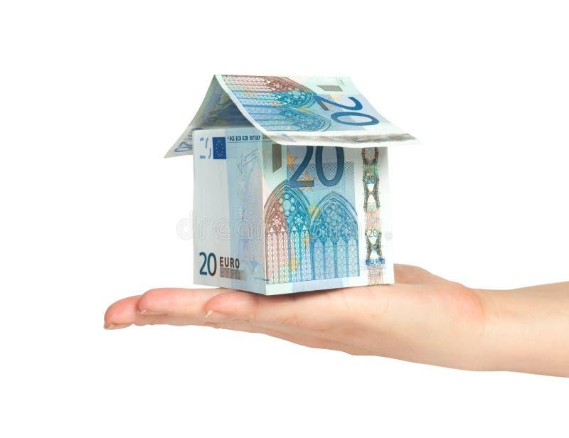 Huis dat van euro in hand rekeningen wordt gemaakt royalty-vrije stock afbeeldingen