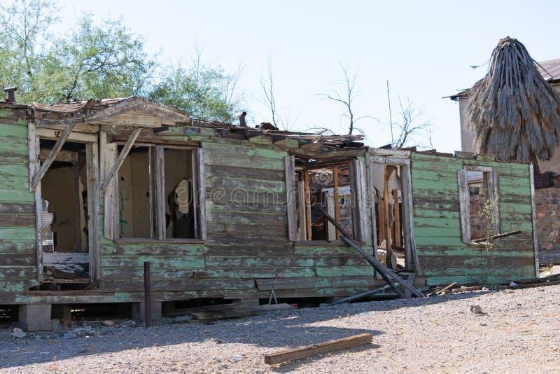 Huis dat zodra groen is nu een ruïne was stock afbeeldingen