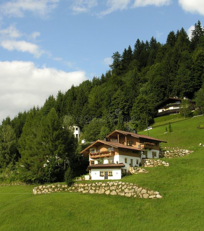 Huis in de Alpen stock fotografie