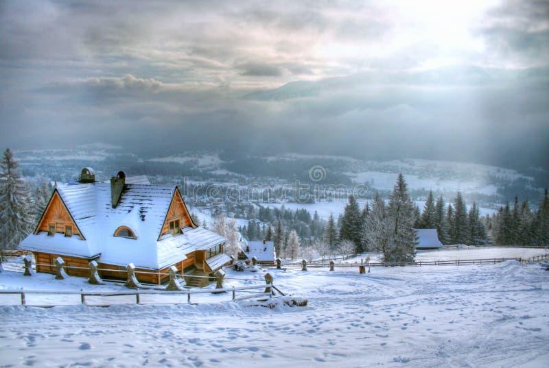 Huis in de berg stock fotografie