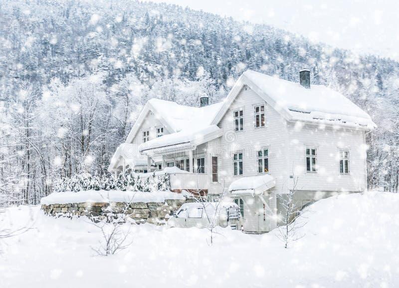 Huis in de bergen stock afbeelding