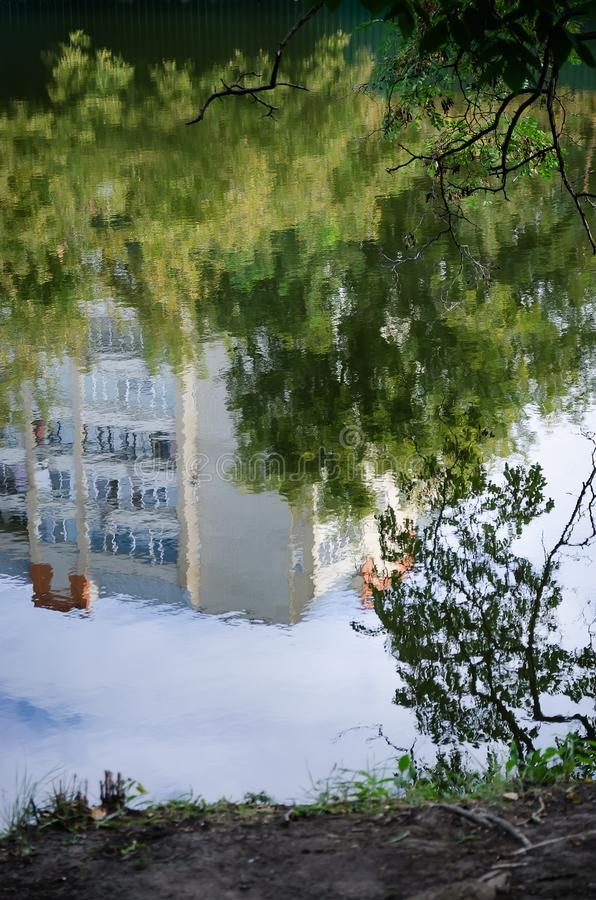 Huis in de bezinning in het park royalty-vrije stock afbeelding