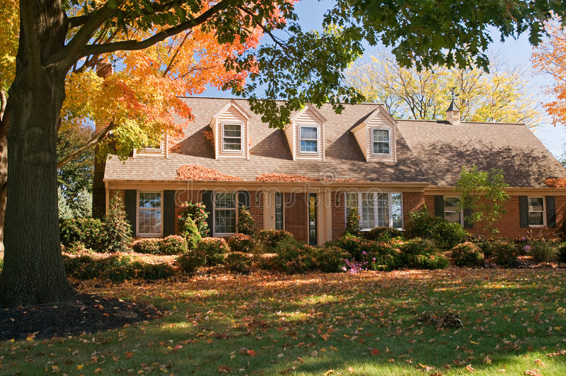 Huis in de herfst royalty-vrije stock foto