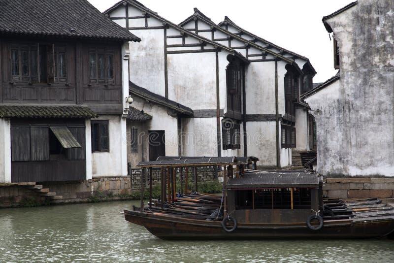 Huis in de stad en boten royalty-vrije stock fotografie