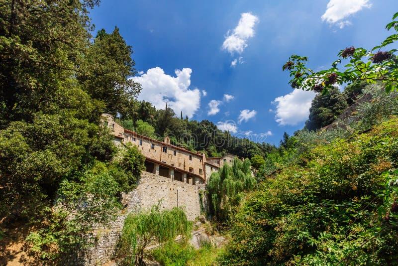 Huis in de vallei dichtbij Cortona, Italië stock afbeelding