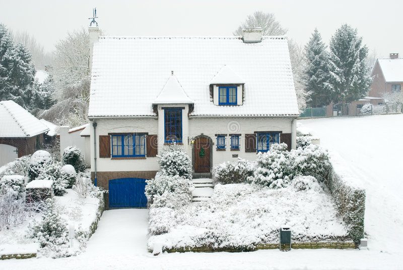 Huis in de voorsteden in de winter royalty-vrije stock fotografie
