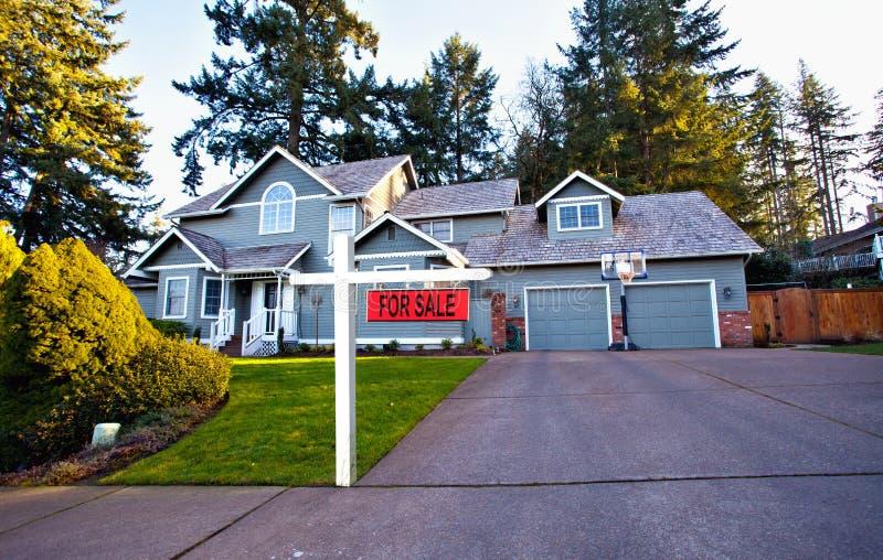 Huis in de voorsteden voor verkoop royalty-vrije stock afbeeldingen
