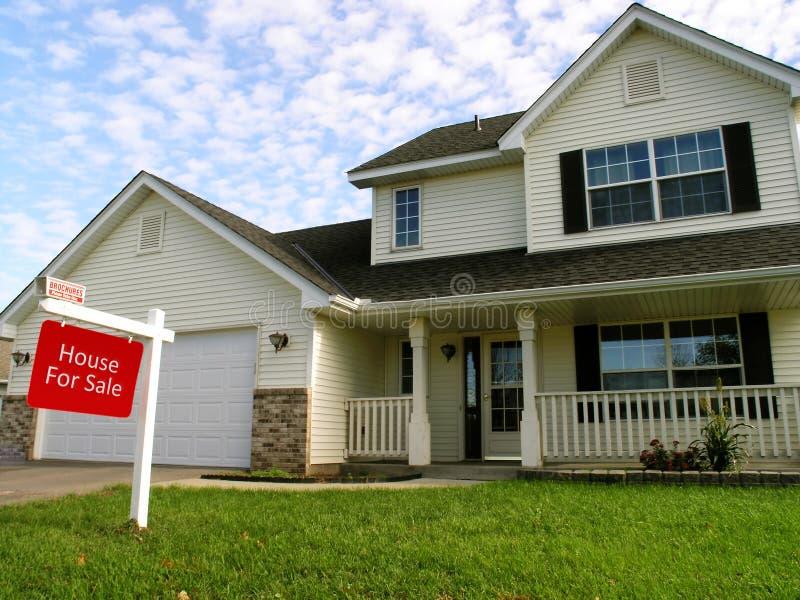 Huis in de voorsteden voor verkoop stock afbeelding
