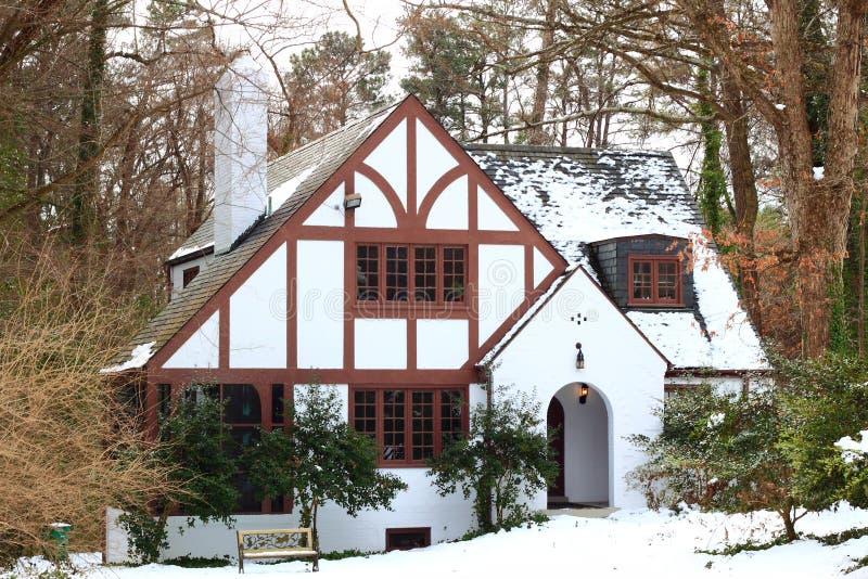 Huis in de winterbos royalty-vrije stock afbeeldingen