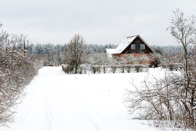 Huis in de wintertijd in Letland stock fotografie