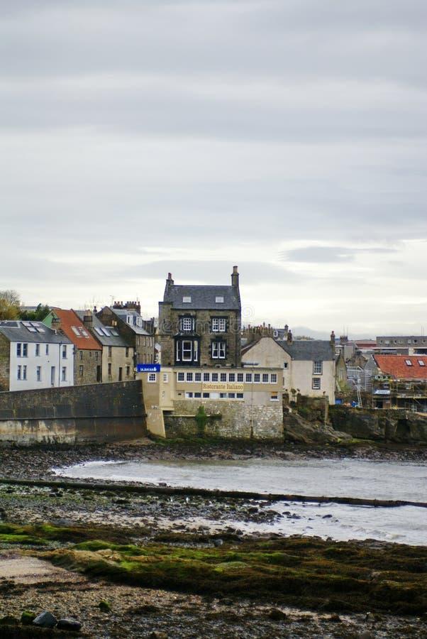Huis dichtbij de vooruit Spoorbrug bij Zuiden Queensferry Schotland royalty-vrije stock foto