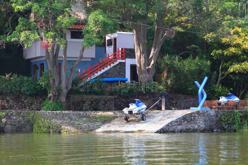 Huis dichtbij het water stock fotografie