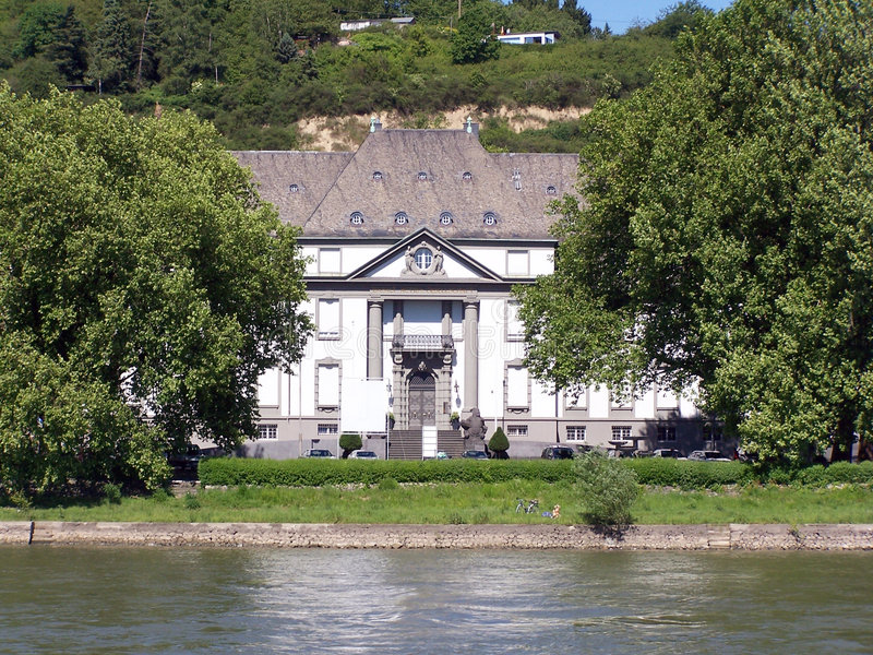 Huis door de rivier stock foto