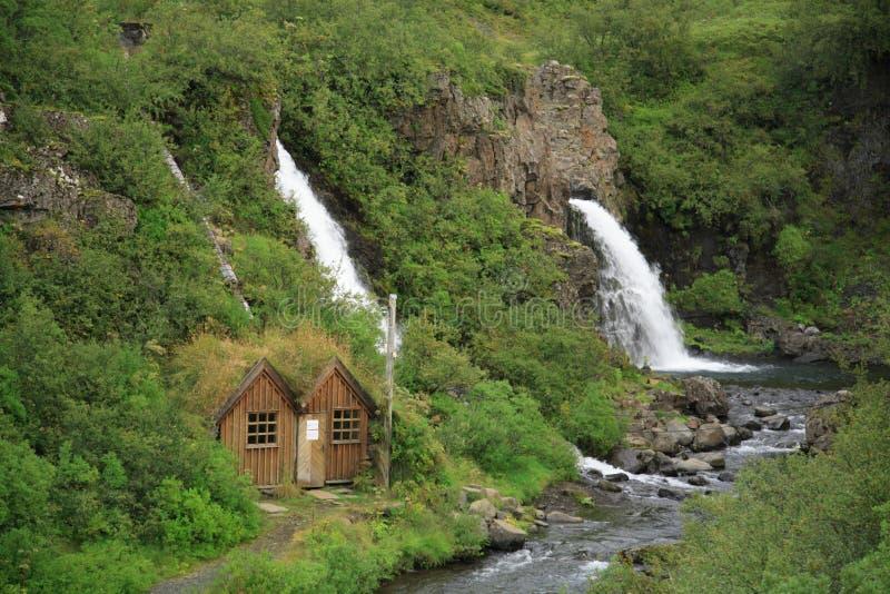 Huis door de waterval royalty-vrije stock fotografie