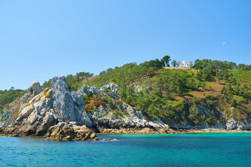 Huis door het overzees op rotsachtige kust van de Atlantische Oceaan royalty-vrije stock fotografie