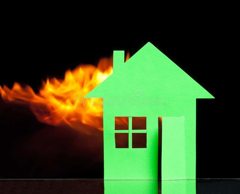 Huis in een brand stock afbeeldingen