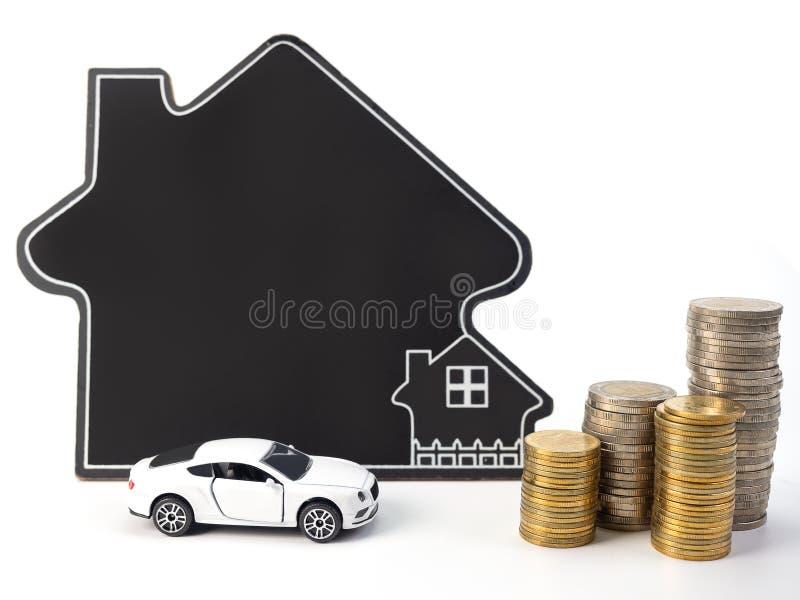 Huis en auto met muntstukken stock foto
