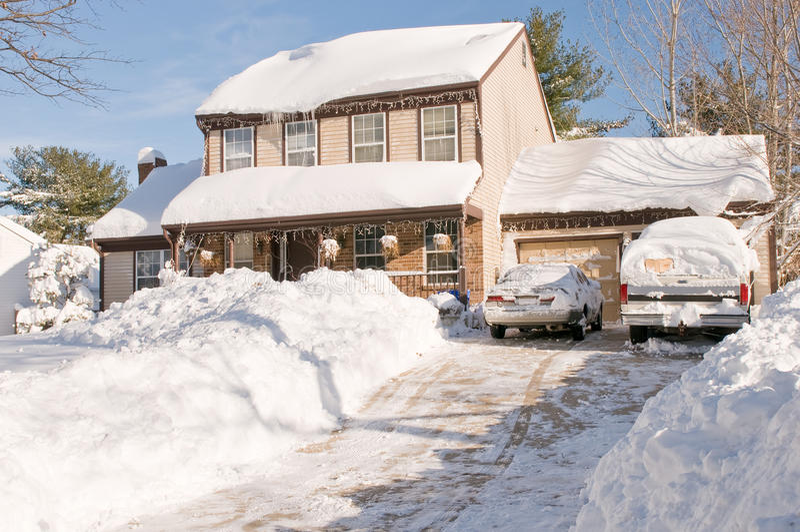 Huis en auto's na sneeuwstorm royalty-vrije stock foto