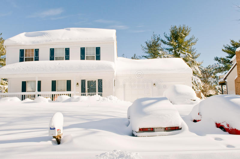 Huis en auto's na sneeuwstorm stock fotografie