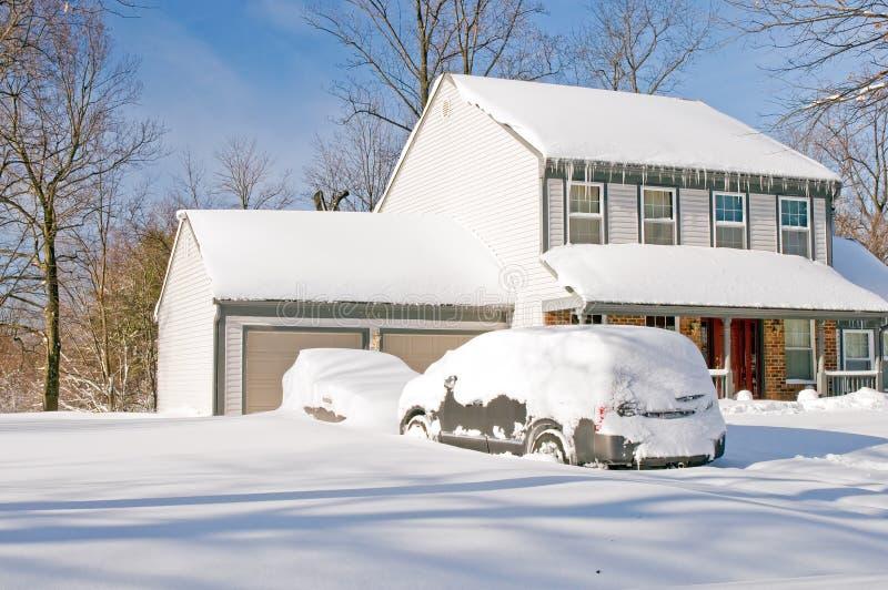 Huis En Auto S Na Sneeuwstorm Stock Foto's