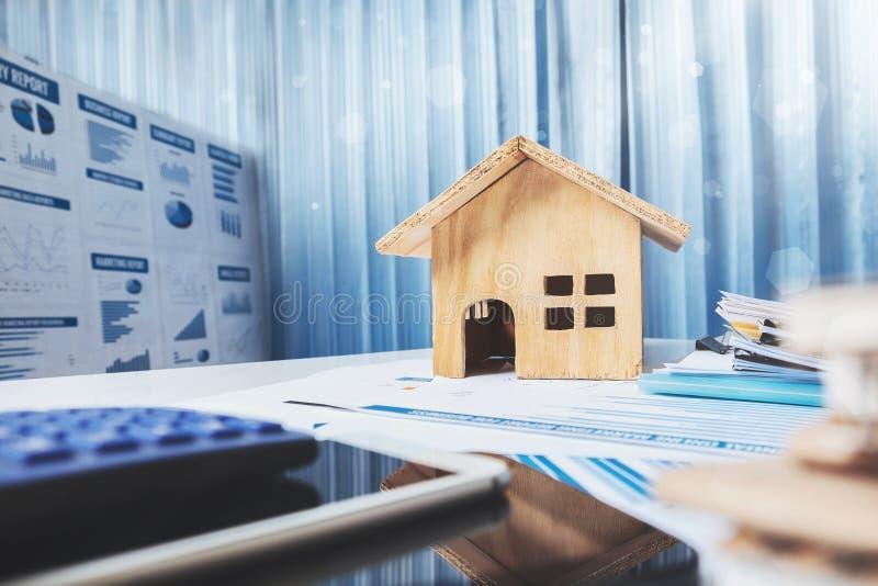 Huis en bezit voor verkoopconcept, houten huisstuk speelgoed op bureau DE royalty-vrije stock fotografie