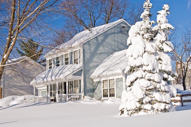Huis En Boom Na Sneeuwstorm Royalty-vrije Stock Afbeeldingen