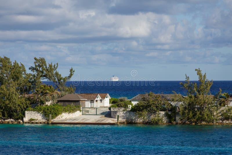 Huis en Cruiseschip in Nassau royalty-vrije stock afbeelding