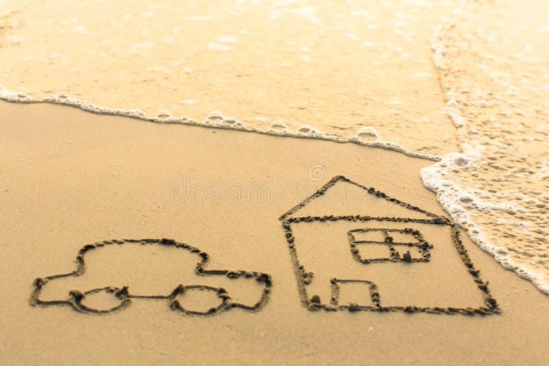 Huis en een Auto die op het strandzand trekken royalty-vrije stock afbeeldingen