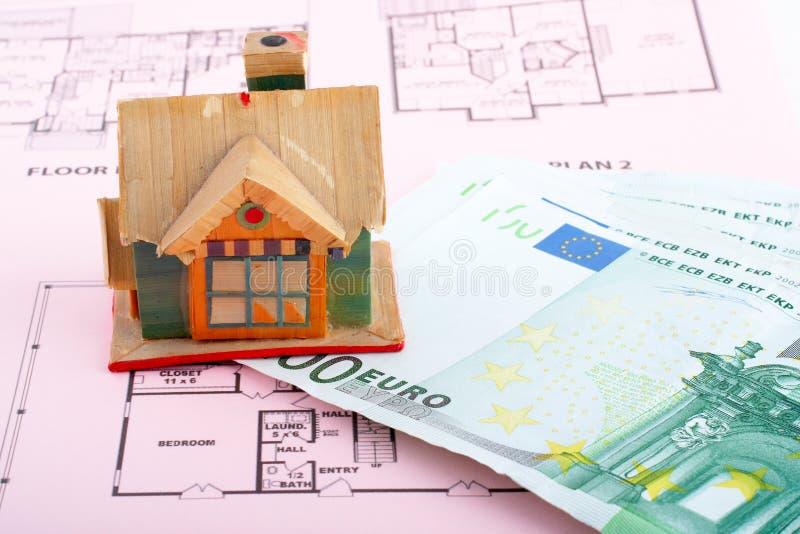 Huis en euro rekeningen stock afbeeldingen