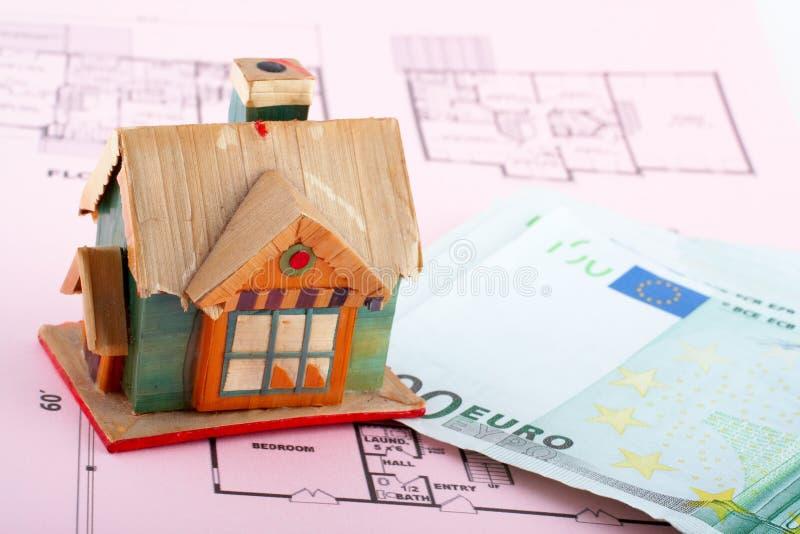 Huis en euro rekeningen stock foto's