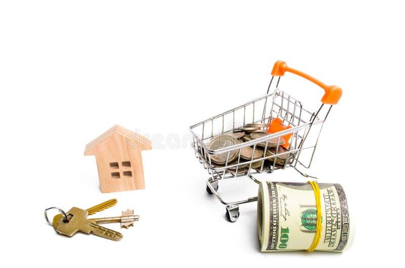Huis en geld op een witte achtergrond Het concept het kopen en onroerende goederen verkopen en bezit Het kopen van een huis, de b royalty-vrije stock foto