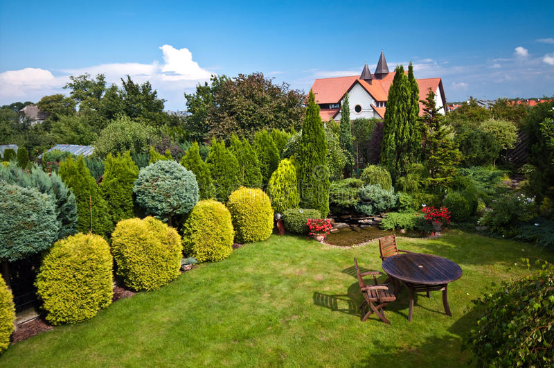 Huis en gemodelleerde tuinen royalty-vrije stock afbeeldingen