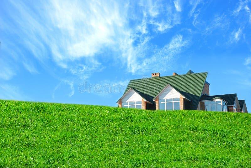 Huis en gras stock fotografie