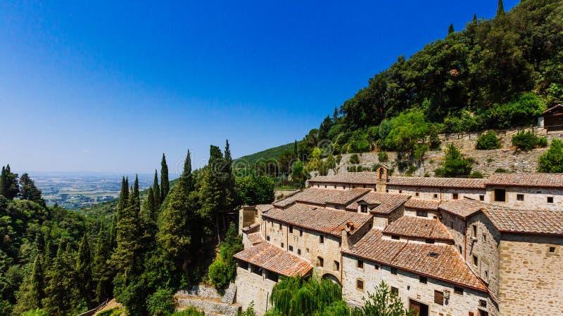 Huis en landschap dichtbij Cortona, Italië stock foto
