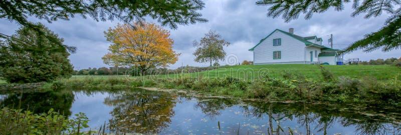 Huis en landschap royalty-vrije stock afbeelding