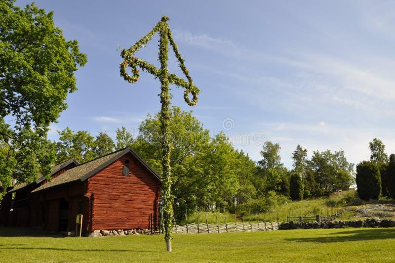 Huis en midzomerboom stock foto