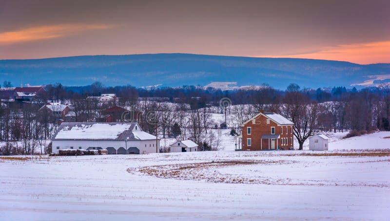 Huis en schuur op een snow-covered landbouwbedrijfgebied in Gettysburg, Penns royalty-vrije stock afbeelding