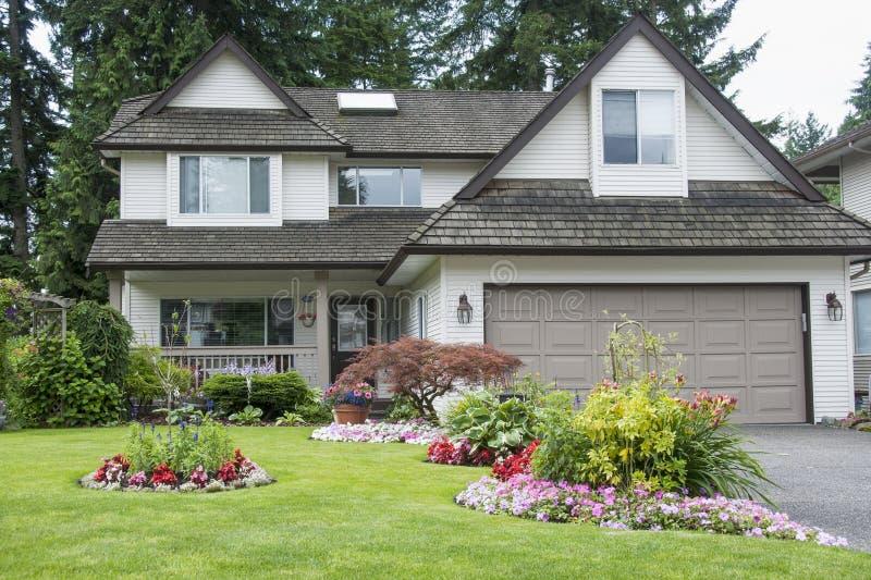 Huis en tuin stock foto's