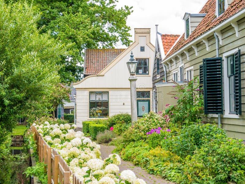 Huis en tuin in schilderachtige oude stad van Broek in Waterland, stock afbeeldingen
