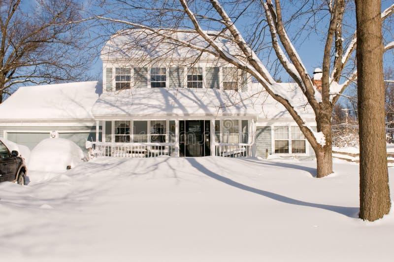 Huis en werf na sneeuwstorm stock foto's