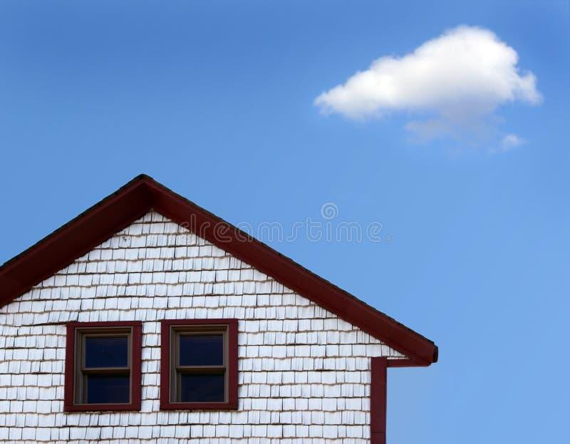 Huis en wolk stock afbeeldingen