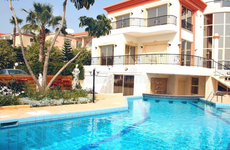 Huis en zwembad royalty-vrije stock afbeeldingen