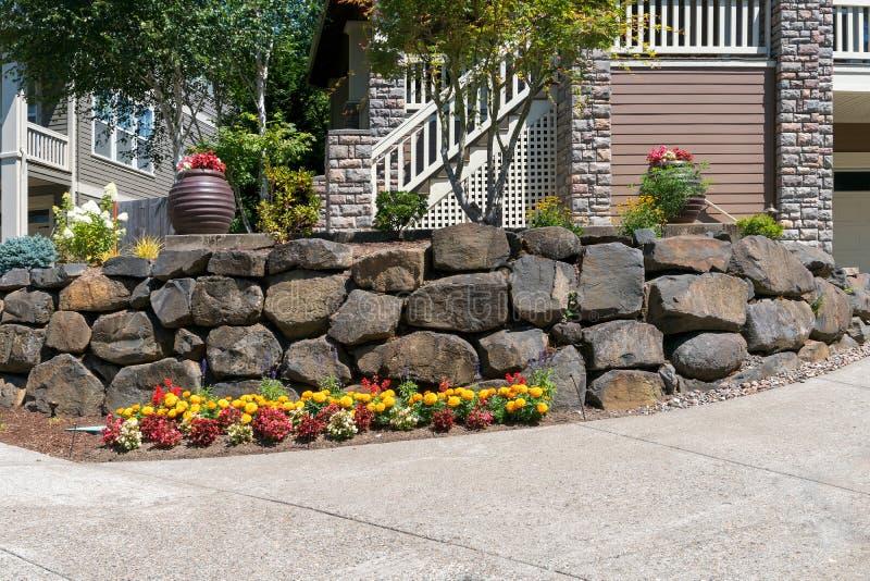 Huis Front Yard Landscaping met Rots Behoudende Muur royalty-vrije stock foto